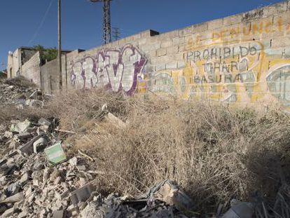 Escombrera en la salida de la carretera de Fuerte de Rey, en Jaén.