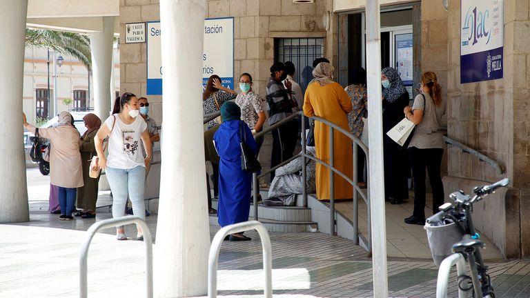 Varias personas esperan su turno para solicitar los documentos con los que pedir el Ingreso Mínimo Vital en Melilla.