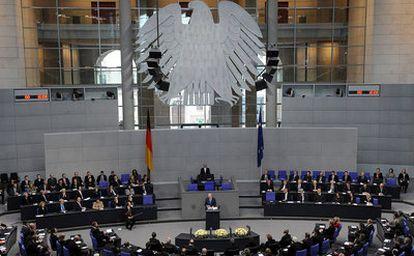 El presidente israelí, Simón Peres, ofrece un discurso en el Bundestag alemán, en Berlín, en el 65 aniversario de la liberación de Auschwitz