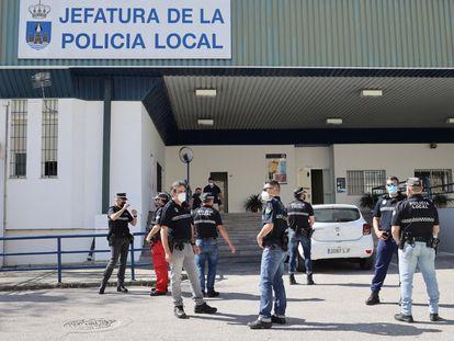 Más de 70 policías locales de El Puerto de Santa María (Cádiz) llevan sin patrullar una semana debido a la falta de pantalones que tienen de pantalones de uniforme