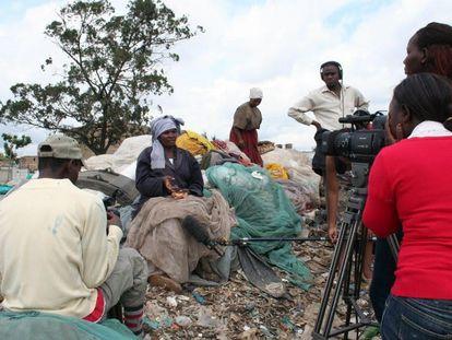 La periodista Eriss Khajira graba un reportaje en el suburbio de Dandora, en Nairobi, Kenia.