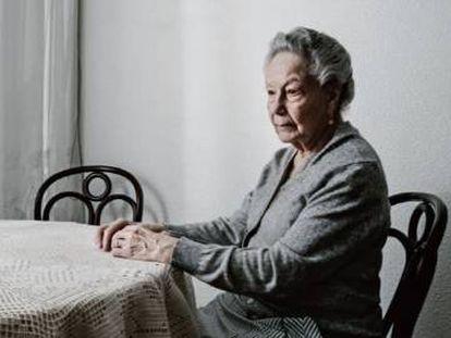 Lina Arconada, hija del exilio español, en su casa francesa, junto a una silla vacía, la que ocupaba su marido Salvador, ya fallecido.