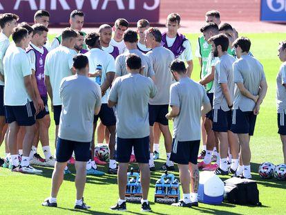 Luis Enrique da instrucciones a sus jugadores antes del entrenamiento de este lunes en la Ciudad del Fútbol de Las Rozas.