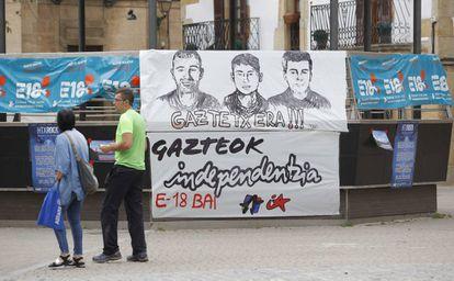 Carteles con los rostros de los tres jóvenes encarcelados por agredir a los guardias civiles en Alsasua.