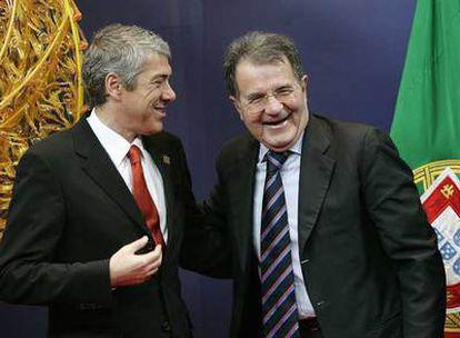 José Sócrates (izquierda) y Romano Prodi, ayer, en la cumbre de Bruselas.