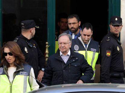 El líder de Manos Limpias, Miguel Bernad, durante su detención en 2015.