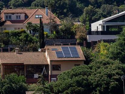Placas solares en el tejado de una vivienda en una urbanización de Cabrils, Maresme (Barcelona).