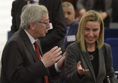 El presidente de la Comisión Europea, Jean-Claude Juncker habla con la alta representante europea, Federica Mogherini, el martes en Estrasburgo.