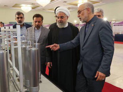 El director de la agencia nuclear iraní, Ali Akbar Salehi, muestra tecnología atómica al presidente Hasan Rohani, el pasado abril en Teherán.