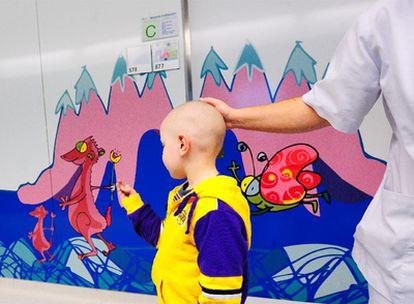 Los niños ingresados en el hospital Sant Joan de Deu de Barcelona disfrutan dibujando con el dedo sobre las ilustraciones de la pared