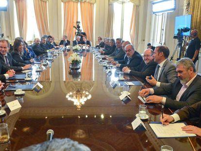 Los gobernadores argentinos firman el nuevo pacto fiscal en el salón Eva Perón de la Casa Rosada.