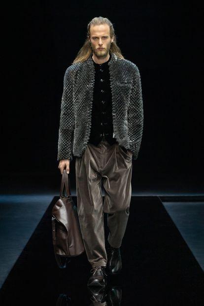 El terciopelo y las chaquetas sin solapa son dos señas de identidad de Giorgio Armani y están presentes en su colección otoño/invierno 2021.