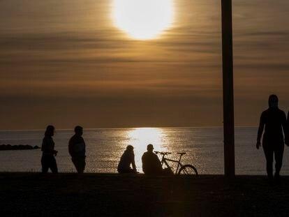 Puesta de sol en la playa de Barcelona, este sábado.