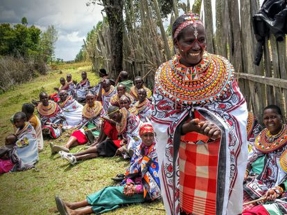 """""""Si conseguimos ingresos extra podremos pagar el colegio de nuestros hijos. Y ellos podrán encontrar un trabajo y ayudar a sus familias"""", dice Alice Lesabuiya, de pie en la imagen durante una asamblea de mujeres campesinas de Saiambu convocada para discutir la introducción de nuevos cultivos."""
