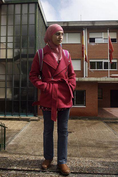 Najwa Malha, en la entrada del instituto Camilo José Cela.