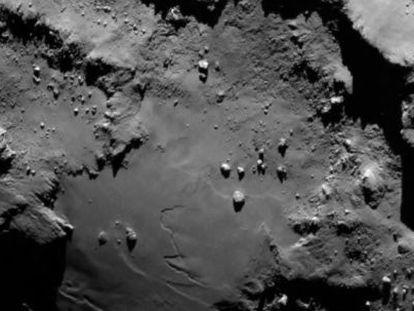 La superficie del cometa fotografiada por la nave 'Rosetta' a unos 130 kilómetros de distancia.