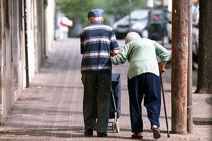 Una pareja de ancianos camina por una calle de Sant Andreu (Barcelona) el año pasado.
