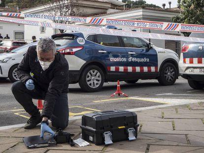 Un miembro de la policía científica de los Mossos d'Esquadra, en el escenario de los hechos.