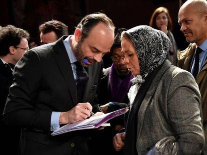 El primer ministro, Édouard Philippe, con la madre de un paracaidista francés y musulmán víctima de un ataque extremista en 2012