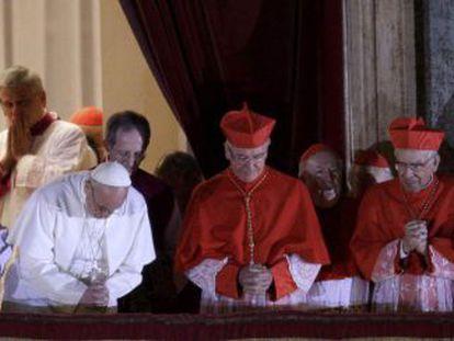 El Papa electo Francisco I aparece en el balcón de la Basílica de San Pedro.