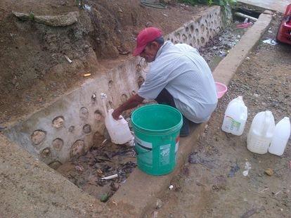 Un habitante de Espaillat, República Dominicana, recolectando agua.