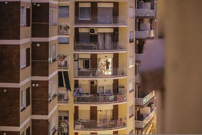 Vista de un bloque de departamentos en Barcelona, este martes.
