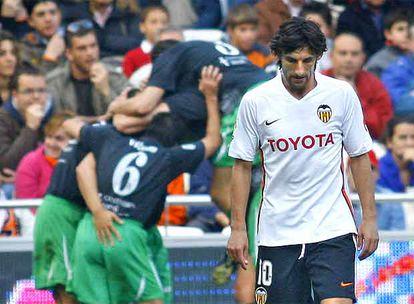 Los jugadores del Racing celebran un gol mientras Angulo se lamenta.
