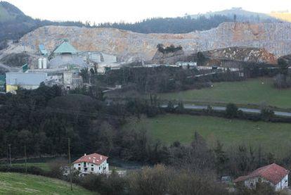 Vista general de la cantera Sasiola, en Deba, en las inmediaciones de la cueva de Praileaitz.