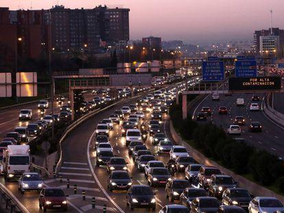 Trafico en la M-30 de Madrid, donde se limitó la velocidad por alta contaminación, en una imagen de archivo.