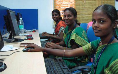 Trabajadoras de Samasource en las oficinas de Desicrew, en la localidad india de Appakudal.