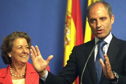 Francisco Camps, junto a la alcaldesa de Valencia, Rita Barberá, durante su comparecencia ante los medios de comunicación tras el fallo del Supremo.