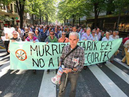 Manifestación de prejubilados de grandes firmas por las calles de Bilbao.