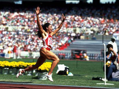La atleta estadounidense Florence Griffith-Joyner durante una competición.