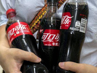 Una persona compra Coca-Cola Zero en un supermercado de Pekín.