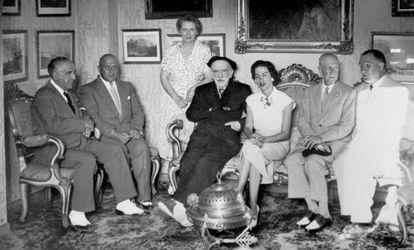 Pío Baroja (centro) posa durante una reunión con familiares y amigos en su casa 'Itzea', en Vera, en 1955.