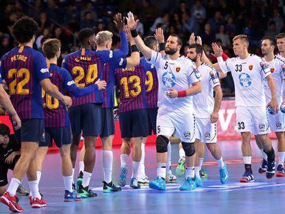 Los jugadores del Barça y del Vardar se saludan en el partido de la Champions de este año en el Palau.
