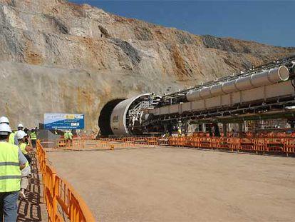 Una de las cinco tuneladoras que perforarán Pajares para conectar Madrid, Gijón y León con una línea férrea de alta velocidad.