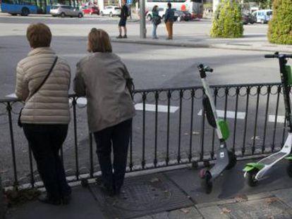 Los 18 servicios de patinetes autorizados tienen dos meses para implantarse en la ciudad y pueden colocar sus vehículos en las calles de Madrid desde este martes