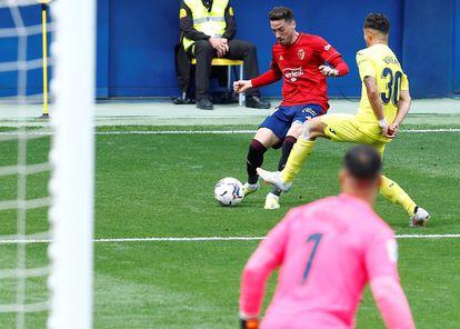 Barja pone un centro durante el encuentro ante el Villarreal.
