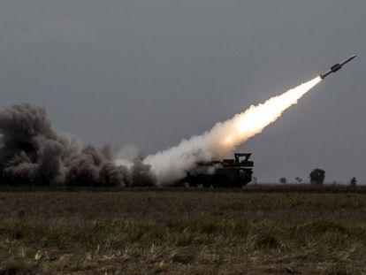 Una batería antiaérea dispara un misil Buk.