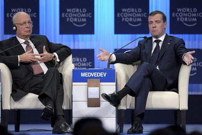 El presidente ruso, Dimitri Medvédev (derecha), junto al fundador del Foro de Davos, Klaus Schwab.
