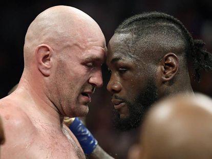 Tyson Fury (izquierda) y Deontay Wilder hablan mientras los jueces deciden   el resultado del combate.