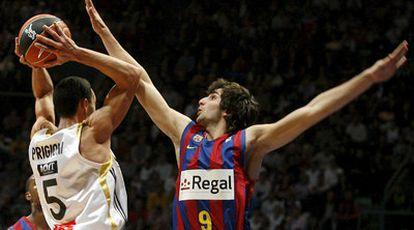 El base argentino del Real Madrid, Pablo Prigioni, intenta superar la defensa de Ricky Rubio.