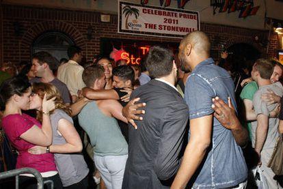 Decenas de personas celebraron la aprobación del matrimonio gay frente al mítico local Stonewall de Nueva York.