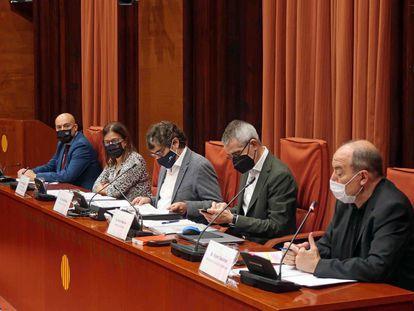 Comisión de control de la CCMA, con la vicepresidenta Núria Llorach, el director de TV3, Vicent Sanchis, y el de Catalunya Ràdio, Saül Gordillo.