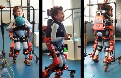 Álvaro anda con su exoesqueleto.