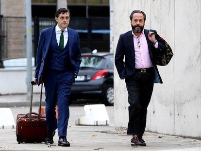 Alvaro Perez Alonso, 'El Bigotes', llegando al juicio con su abogado.