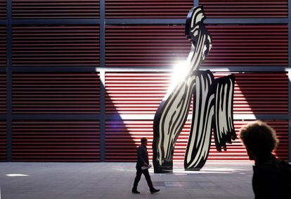 'Brushstroke' (pincelada), la escultura de Roy Lichtenstein a la entrada del Museo Reina Sofía, el más visitado de Madrid.