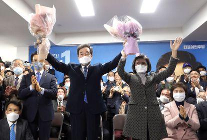 Lee Nak-yon, uno de los candidatos del Partido Demócrata surcoreano y ex primer ministro del país, celebra el resultado electoral de este miércoles en su circunscripción de Seúl alzando ramos de flores.