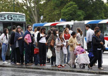 Ciudadanos de Buenos Aires esperan el autobús durante la huelga del transporte del 1 de marzo.